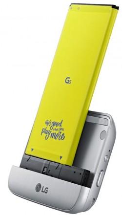 Das Cam-Plus-Modul wird an der Unterseite des G5-Metallgehäuses eingeschoben (Bild: LG).