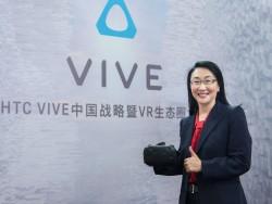 HTC-Chefin Cher Wang mit dem VR-Headset Vive (Bild: HTC)