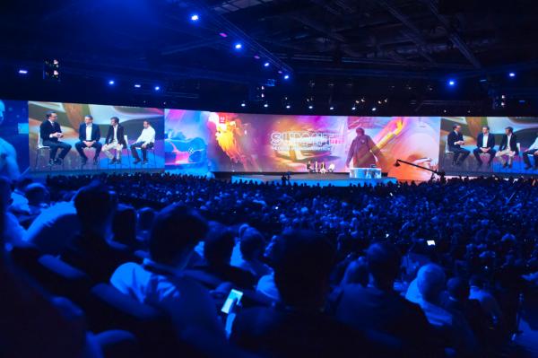 Spitzenvertreter der internationalen Digitalwirtschaft entern die große Adobe-Bühne. (Bild: Adobe)