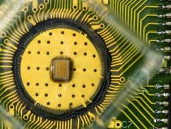 Erstmals gelang es Forschern von IBM, drei Datenbits pro PCM-Zelle über einen längeren Zeitraum zuverlässig zu speichern und zu erhalten (Bild: IBM).