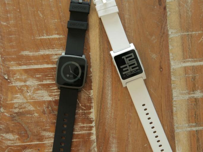 Pebble Time 2 (links) und Pebble 2 verfügen beide über einen optischen Pulsmesser (Bild: John Kim/CNET).