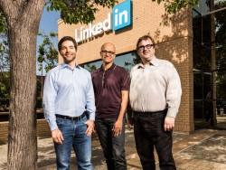 LinkedIn-CEO Jeff Weiner, Microsoft-Chef Satya Nadella und LinkedIn-Chairman Reid Hoffmann (v.l.) posieren vor der LinkedIn-Zentrale in Mountain View (Bild: Microsoft).