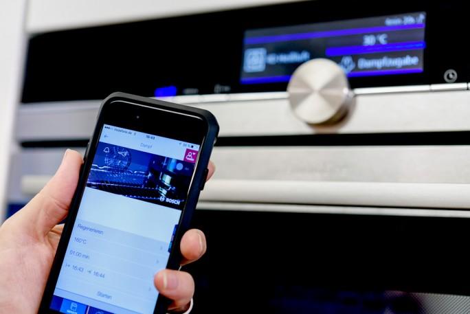 Egal ob Kühlschrank, Handy, Stereoanlage oder Auto, jedes IoT-Gerät wird mit einer eigenen Software betrieben. Über den Umweg einer Zwischensprache soll nun eine universelle Sicherheitsanalyse möglich werden (Bild: Ruhr-Universität Bochum).