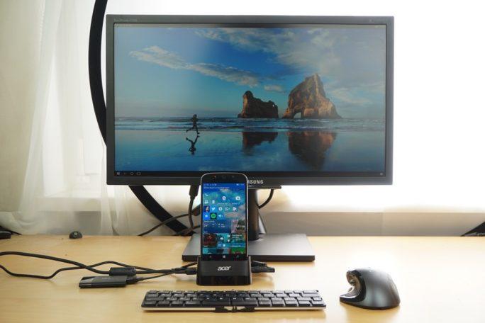 Nicht wirklich aufgeräumt. Die Kabel schauen zu den Seiten raus. Die Kamera des Acer Liquid Jade Primo steht etwas über (Bild: ZDNet)
