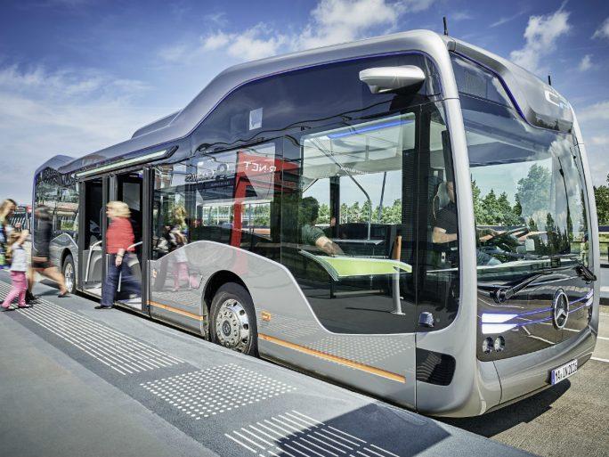 Der Merceded-Benz Future Bus kann Haltestellen selbständig anfahren, für einen besseren Verkehrsfluss mit Ampeln kommunizieren und vor plötzlichen Hindernissen automatisch abbremsen (Bild: Daimler).