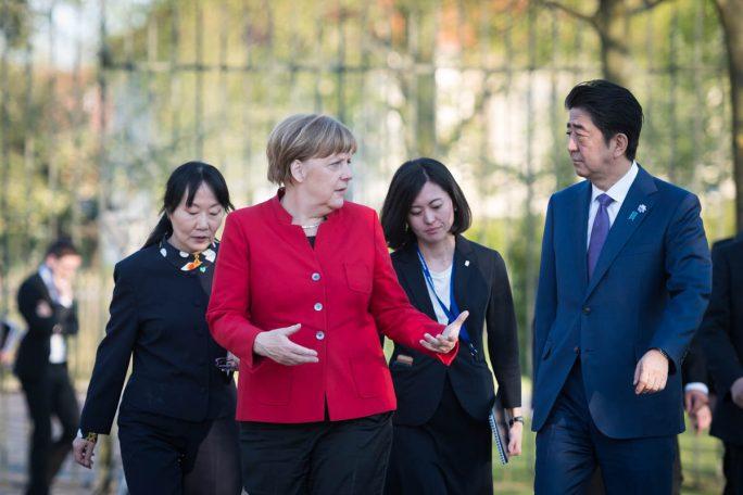 Bundeskanzlerin Angela Merkel und Japans Premierminister Shinzo Abe besprachen bereits bei dessen Besuch auf Schloss Meseberg im Mai die Teilnahme Japans als Partnerland der CeBIT (Bild: Bundesregierung/Kugler).