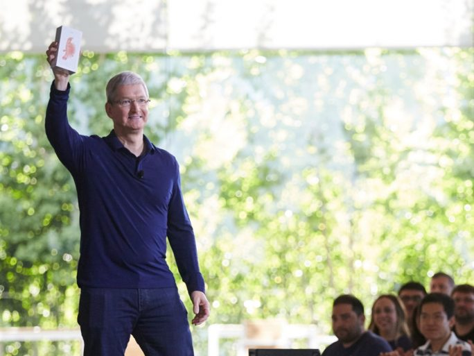Apple-CEO Tim Cook verkündet den Verkauf des milliardsten iPhones (Bild: Apple).