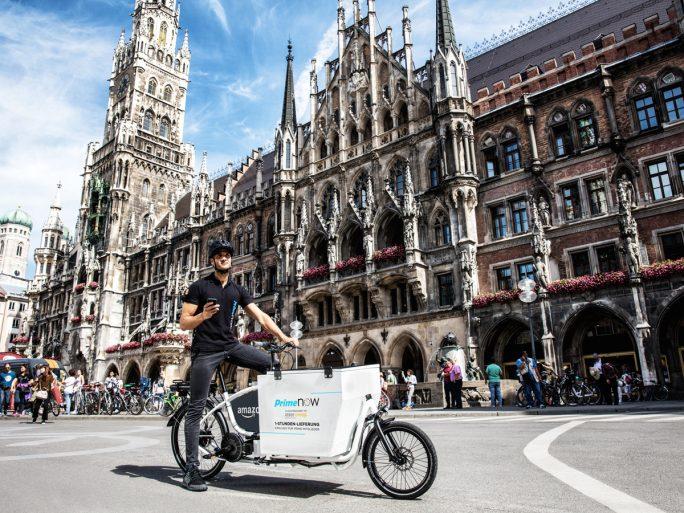 Amazons Lieferpartner setzen neben Lieferwägen, elektronisch angetriebene Lastenfahrräder ein, um die die Bestellung zum Kunden zu bringen (Bild: Amazon).