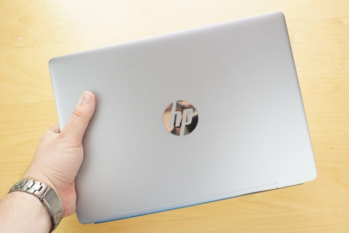 HP EliteBook Folio G1 in der Hand