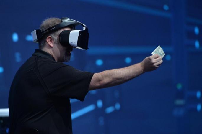 Intels Craig Raymond präsentiert die Virtual-Reality-Brille Project Alloy (Bild: Intel).