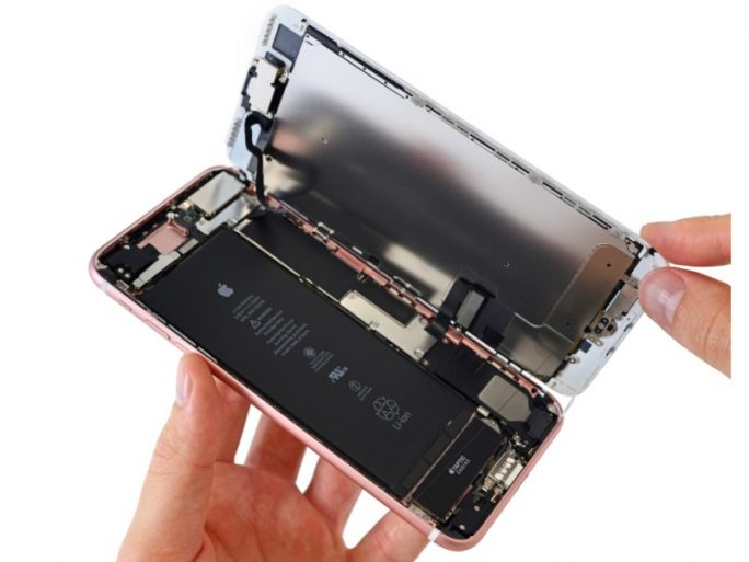 Das Display des iPhone 7 Plus klappt zur Breitseite hin auf (Bild: iFixit).