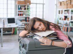 Mehr als 15 Minuten täglich verstreichen ungenutzt allein durch das Warten auf den Drucker (Bild: Sharp Business Systems).
