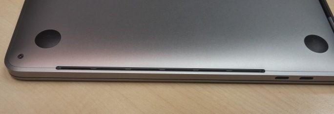MacBookPro: Die Gehäuseöffnungen an der Unterseite sind scharfkantig (Bild: ZDNet.de)