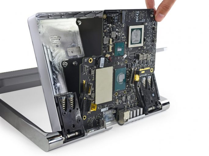 Weil CPU und RAM fest verlötet sind, hat iFixit das Surface Studio in puncto Reparierbarkeit nur mit 5 von 10 Punkten bewertet (Bild: iFixit).