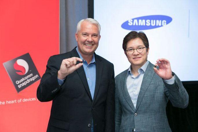 Keith Kressin, Produktmanager bei Qualcomm, und Ben Shuh, Senior Vice President bei Samsung, haben gemeinsam den Mobilprozessor Snapdragon 835 vorgestellt (Bild: Qualcomm).