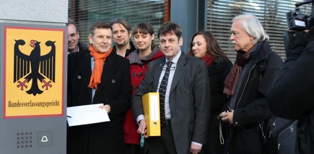 Die Beschwerdeführer aus unterschiedlichen Lagern bei der gemeinsamen Abgabe der Verfassungsbeschwerde vor dem Eingang des Bundesverfassungsgerichts in Karlsruhe (Bild: