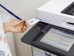HP integriert in die neuen Drucker auch Pull-Printing, Anwender können dann über eine beliebige NFC-Karte oder die Eingabe eines Codes Print-Jobs starten. (Bild: HP Inc.)