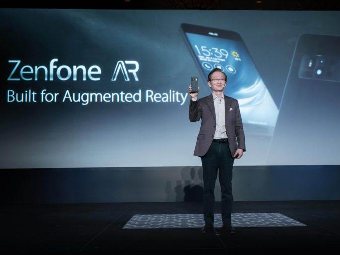 Asus Chairman Jonney Shih enthüllt das erste Smartphone, das Tango und Daydream unterstützt (Bild: Asus)