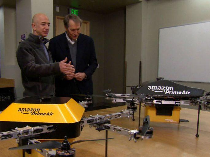Amazon-CEO Jeff Bezos führte die für den Dienst Prime Air vorgesehenen Drohnen dem CBS-Moderator Charlie Rose bereits 2013 vor und setzt sich seitdem für freizügigere Regelungen ein, die deren Einsatz erlauben (Bild: CBS).