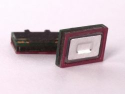 Der lediglich 5 mal 7 mal 2 Millimeter große Lautsprecher erreicht einen Frequenzbereich von 2 bis 15 kHz (Bild: USound)