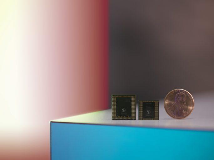 Der Snapdragon 835 (rechts) ist aufgrund des neuen 10-Nanometer-Verfahrens deutlich kleiner als sein Vorgänger Snapdragon 820 (links) (Bild: Qualcomm).