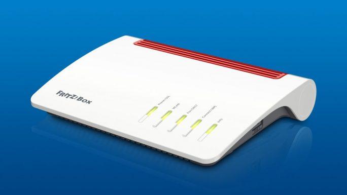 Mit der Fritzbox 7590 wagt sich AVM auch an ein komplett neues Gehäusedesign (Bild: AVM)
