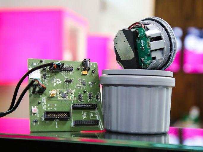 Die Deutsche Telekom ist laut eigenen Angaben der erste Ende-Zu-Ende-Anbieter für NarrowBand IoT. Die Geräte, wie hier ein Parkplatz-Sensor, können bis zu zehn Jahre mit einer Batterieladung auskommen. Das Modul im Bild stammt von dem britischen Hersteller Neul. (Bild: Deutsche Telekom)