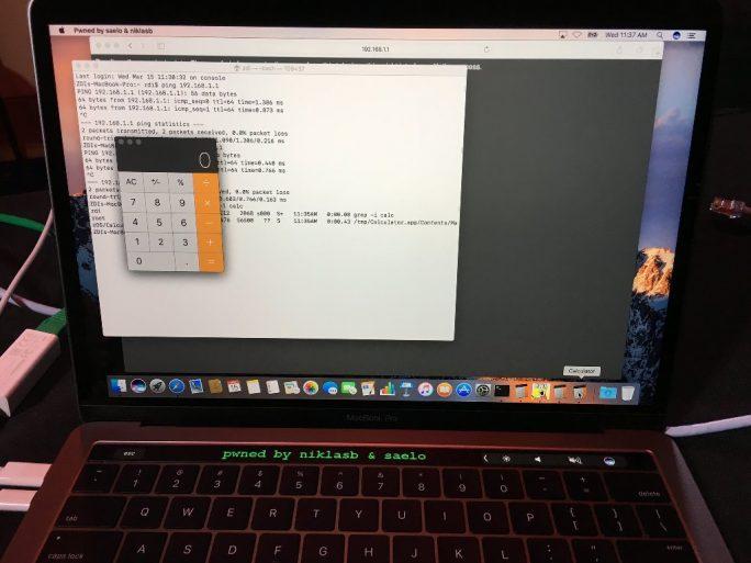 Die deutschen Sicherheitsforscher Samuel Groß und Niklas Baumstark haben Safari gehackt und eine Nachricht auf der Touch Bar des MacBook Pro eingeblendet (Bild: Twitter/Samuel Groß).