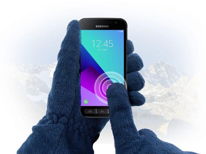 Samsungs Galaxy Xcover 4 lässt sich auch mit Handschuhen bedienen (Bild: Samsung)
