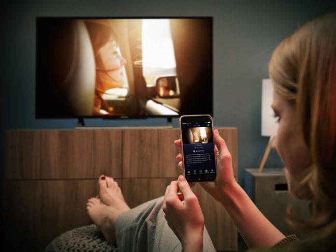 """Sendungen lassen sich mit einem Wisch auf das TV-Gerät """"waipen""""  und auch wieder zurück aufs Smartphone (Bild: Exaring)"""