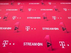 Mit StreamOn haben MagentaMobil L-Kunden die Möglichkeit unterwegs mit dem Smartphone Musik hören und Videos anschauen, ohne das Datenvolumen zu belasten. Mit dem MagentaMobil M-Tarif ist das Angebot auf Musik beschränkt (Bild: Telekom)