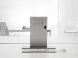 Der PC verschwindet in einem kompakten Standfuß aus Aluminium, der einen oder zwei beliebige Wunschmonitore aufnehmen kann (Bild: Modinice).