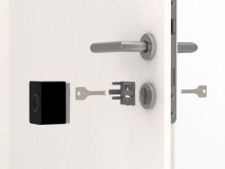 Das intelligente Türschloss wird einfach an der Innenseite einer Haustür auf das bereits vorhandene Schloss aufgesetzt und mit drei Schrauben am Zylinder befestigt (Bild: Nuki)