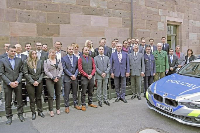 Bayerns Innenminister Joachim Herrmann zusammen mit den sogenannten Cybercops. (Bild: Polizei Bayern)