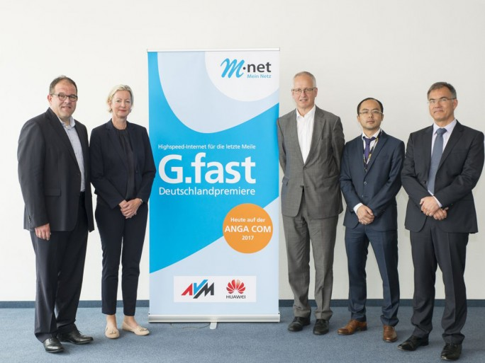 Auf der Fachmesse ANGA Com haben Vetreter von M-net, Huawei und AVM den Startschuß für G.fast in Deutschland gegeben. Von links nach rechts: Michael Fränkle (M-net), Dorit Bode (M-net), Walter Haas (Huawei Deutschland), Yang Tao (Huawei Deutschland) und AVM-Manage Gerd Thiedemann. (Bild: M-net)