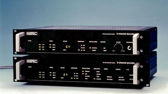 Das Audiocodierverfahren ASPEC (Adaptive Spectral Perceptual Entropy Coding) wurde 1991 vorgestellt. Es bildet die Grundlage von MP3 und wurde als Teil dieser Geräte zunächst Rundfunksendern angeboten (Bild: Fraunhofer IIS)