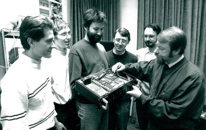 Die Fraunhofer-Forscher Jürgen Herre, Martin Dietz, Harald Popp, Ernst Eberlein, Karlheinz Brandenburg und Heinz Gerhäuser (von links) mit einem ihrer ASPEC-19-Zoll-Studiogeräte im Jahr 1991 (Bild: Fraunhofer IIS)