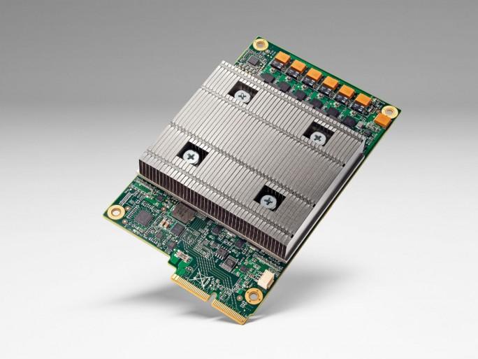 Die Tensor Processing Unit (TPU), die Google in seinen Rechenzentren verwendet, begnügt sich mit weniger Transistoren pro Rechenoperation als andere Prozessoren. Daraus resultiert eine deutlich höhere Leistung pro Watt für Maschinenlernen, was Nutzern letztlich mehr intelligente Ergebnisse in kürzerer Zeit liefert. (Bild: Google).