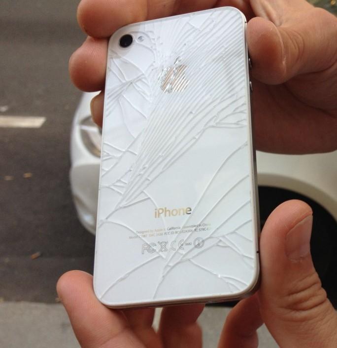 iPhone: Nach bereits einem Sturz ist das Display-Glas gebrochen (Bild: ZDNet.de)