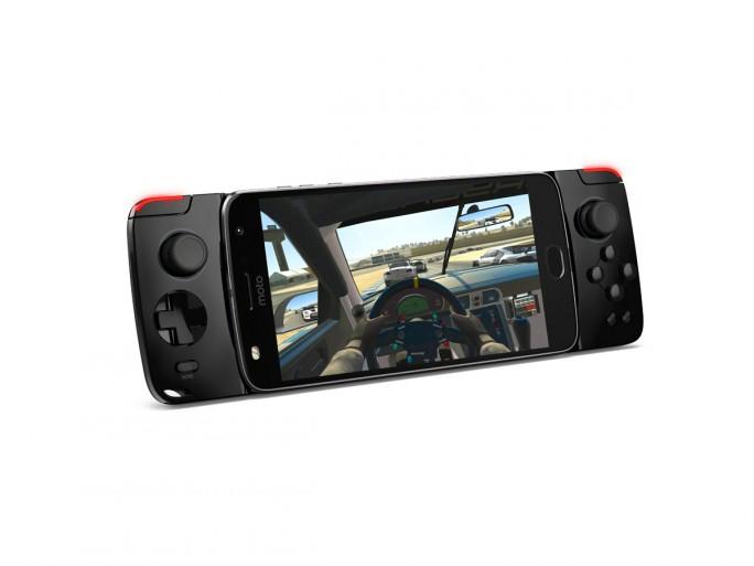 """Das Moto Z lässt sich mit dem neuen Moto GamePad in eine Handheld-Spielekonsole mit zwei Controlsticks, D-Pad und vier Action-Buttons laut Hersteller """"transformieren"""" (Bild: Lenovo)."""
