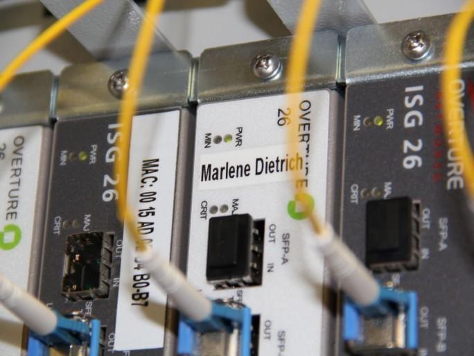 Nicht glamurös, aber effizient: In einem unscheinbaren Gebäude schlägt in einem Raum mit grauen Fließen und schwarzen Servern das digitale Herz der Berlinale. (Bild: Colt Technology Services)