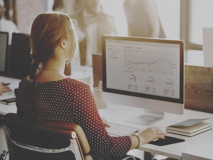 Mitarbeiterin am Desktop (Bild: iStock/Colt Technology Services)