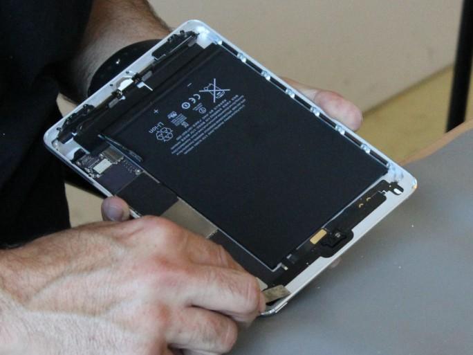 Reparatur an einem iPad Mini durch einen Techniker des Dienstleisters iCrackedit (Bild: Peter Marwan/ZDNet.de)