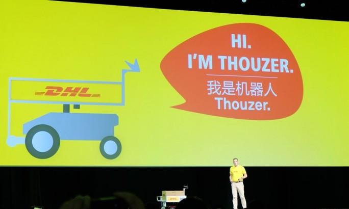 """Markus Voss, CIO von DHL, zeigte auf der Connect das selbstfahrende Transportsystem """"Thouzer"""" (Bild: Stefan Girschner)."""