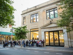 Schlange vor Apple Store in Manhattan - einem früheren Postamt (Bild: Sarah Tew / CNET.com)