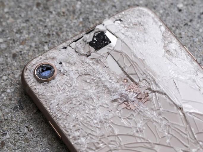 iPhone 8 nach Falltests: Rückseite beschädigt (Bild: CNET.com)