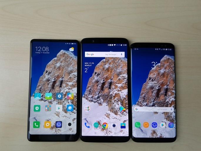 OnePlus 5T (Mitte) im Vergleich zum Xiaomi MI Mix 2 (links) und Galaxy S8 (rechts) (Bild: ZDNet.de)