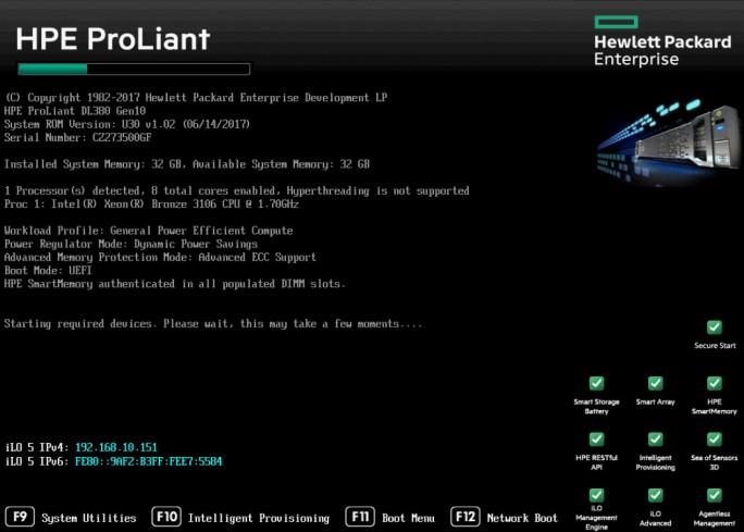 Beim Starten des Servers zeigt dieser den Status der Komponenten und von iLO an (Screenshot: Thomas Joos).
