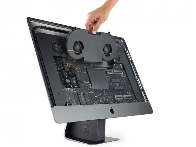 Apple hat dem iMac Pro einen Dual-Lüfter spendiert, der die Kühlleistung gegenüber dem iMac um 80 Prozent steigern soll (Bild: iFixit).