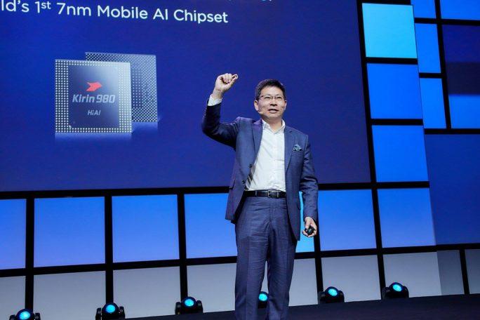 Richard Yu, CEO von Huaweis Consumer Bereich, stellt in Berlin auf der IFA den Kirin 980 vor (Bild: Huawei).